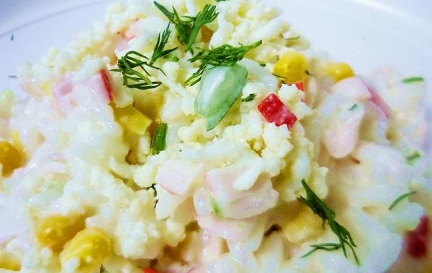 Ингредиенты крабового салата с кукурузой и рисом рецепт